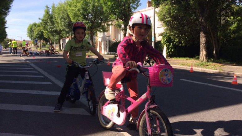 Conseils de conduite et de sécurité routière mais aussi d'entretien du vélo pour les 140 enfants du groupe scolaire Pierre Loti. / © Nathalie Combès