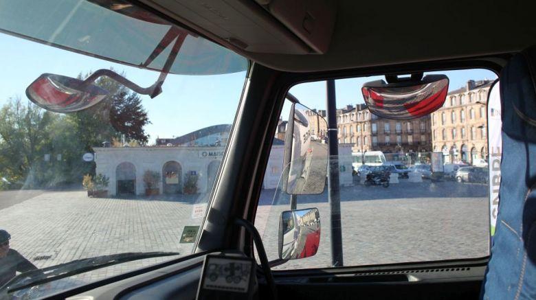 Ce que voit le conducteur au volant d'un camion toupie. Malgré les nombreux miroirs, les bâches rouges ne sont que très partiellement visibles. / © AR